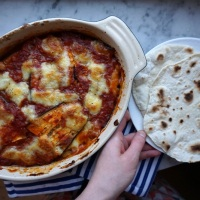 Auberginegratäng med mozarella, och stekpannebröd